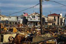 Près de deux mois après le passage de la tempête Sandy, près de New York. Selon un rapport du Forum économique mondial, la fragilité des économies et des conditions météorologiques extrêmes ont conduit à une augmentation du risque mondial l'an passé, créant un mélange de plus en plus dangereux. /Photo prise le 27 décembre 2012/REUTERS/Lucas Jackson