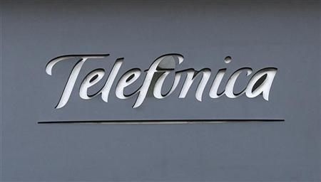 A logo of Spain's telecommunications giant Telefonica is seen on a building in Madrid December 3, 2012.REUTERS/Andrea Comas