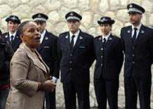 La ministre de la Justice Christiane Taubira a annoncé mardi à la prison des Baumettes de Marseille une réforme de la politique pénitentiaire afin de faire cesser les dysfonctionnements dans les prisons françaises régulièrement dénoncés, notamment par le Conseil de l'Europe. /Photo prise le 8 janvier 2013/REUTERS/Jean-Paul Pélissier
