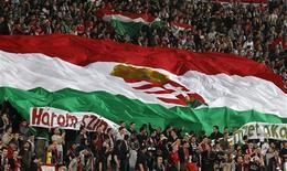 Bulgaria y Hungría deberán jugar sus próximos partidos de clasificación para el Mundial 2014 en casa a puerta cerrada después de que sus seguidores fueran declarados culpables de mantener una conducta racista y antisemita en los últimos partidos, dijo el martes la FIFA. En la imagen de archivo, seguidores húngaros despliegan una bandera durante un partido de clasificación para la Eurocopa contra Holanda el 25 de marzo de 2011. REUTERS/Laszlo Balogh