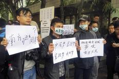 El jefe del partido comunista de la provincia de Guangdong intercedió el martes en una disputa por censura en un periódico chino, dijo una fuente, en una señal potencialmente alentadora para la libertad de prensa en China. En la imagen, manifestantes sostienen pancartas fuera de la sede del periódico Southern Weekly en Guangzhou, en la provincia de Guangdong, el 8 de enero de 2013. REUTERS/James Pomfret