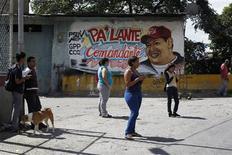 Fresque murale représentant Hugo Chavez dans une rue de Caracas. La cérémonie d'investiture d'Hugo Chavez, réélu à la tête de l'Etat vénézuélien en octobre, a été reportée sine die en raison de l'état de santé du président vénézuélien, hospitalisé à Cuba après sa quatrième opération d'un cancer. /Photo prise le 8 janvier 2013/REUTERS/Carlos Garcia Rawlins
