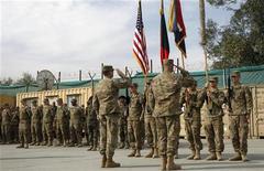 El Gobierno de Estados Unidos no descarta una retirada completa de sus tropas desde Afganistán después de 2014, dijo la Casa Blanca el martes, unos días antes de que el presidente Barack Obama se reúna con su homólogo afgano, Hamid Karzai. En la imagen del 5 de diciembre, tropas estadounidenses acuden a una ceremonia de traspaso de la seguridad a fuerzas afganas en Nangarhar. REUTERS/ Parwiz