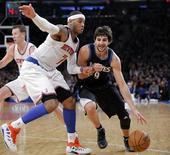 Los Timberwolves de Minnesota hicieron frente a la ausencia de su entrenador, Rick Adelman, y a la del alero All Star Kevin Love para imponerse por 108-103 a Atlanta el martes, poniendo fin a una racha de casi siete años sin ganar a los Hawks. En la imagen, de 23 de diciembre, el base Ricky Rubio de Minnesota en una jugada con el alero de los Knicks Carmelo Anthony. REUTERS/Ray Stubblebine