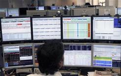 Un trader davanti agli schermi a Milano nel pieno della crisi sul debito sovrano in Europa, 8 agosto 2011. REUTERS/Stefano Rellandini