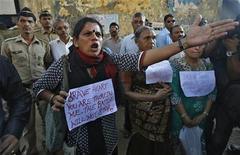 Tres de los acusados de violar y asesinar a una estudiante india en un autobús en marcha se declararán no culpables de los cargos, dijo su abogado el miércoles, citando lapsos en la investigación policial. En la imagen, una mujer grita a oficiales de policía durante una manifestación contra la violación de la joven estudiante, en Mumbai, el 29 de diciembre de 2012. REUTERS/Vivek Prakash