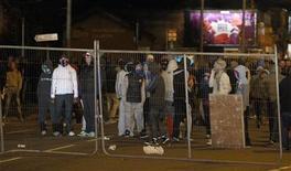 Manifestante pro-británicos se enfrentaron a la policía con cócteles molotov y fuegos artificiales en la sexta noche Consecutiva de disturbios en Belfast, la capital de Irlanda del Norte. En la imagen del 8 de enero se puede ver a unos jóvenes colocando una barricada en una calle de Belfast. REUTERS/Cathal McNaughton