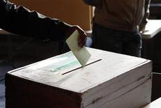 Un elettore al voto. REUTERS/Sebastien Pirlet