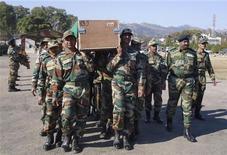 """India criticó duramente el miércoles a Pakistán, su eterno enemigo, por un intercambio de disparos en el territorio en disputa de Cachemira en el que dos de sus soldados murieron, y dijo que la mutilación de uno de los cadáveres fue """"inhumana"""". En la imagen del 9 de enero, unos soldados indios llevan el ataúd con el cuerpo de uno de los dos fallecidos en un cuartel en el distrito de Rajouri, a unos 170 km al noroeste de Jammu. REUTERS/Stringer"""