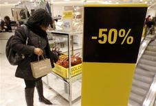 Les soldes d'hiver ont commencé mercredi pour cinq semaines dans la plupart des départements français, dans un climat de faible consommation liée à la hausse continue du chômage. /Photo prise le 9 janvier 2013/REUTERS/Christian Hartmann