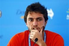 En raison d'une blessure aux cervicales, le Français Gilles Simon, tête de série n°2 et vainqueur du tournoi ATP de Sydney en 2011, a préféré renoncer. Exempté de premier tour, il devait entrer en lice ce mercredi. /Photo prise le 9 janvier 2013/REUTERS/Daniel Munoz