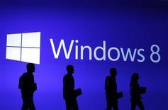 Microsoft vendió 60 millones de licencias y actualizaciones para su nuevo sistema operativo Windows 8 en las 10 semanas posteriores a su lanzamiento en octubre, dijo una de las principales ejecutivas de la compañía. En la imagen, de 25 de octubre, la silueta de varias personas en el logo del nuevo sistema operativo de Microsoft, Windows 8. REUTERS/Lucas Jackson