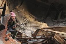 Rebeldes sirios liberaron el miércoles a 48 iraníes capturados en los últimos meses a cambio de la excarcelación de más de 2.000 prisioneros detenidos por el Gobierno en Damasco, dijeron medios iraníes y una agencia humanitaria turca que ayudó a sellar el acuerdo. Imagen de un combatiente rebelde sirio el 23 de diciembre en la ciudad vieja de Alepo. REUTERS/Aref Heretani UNREST)