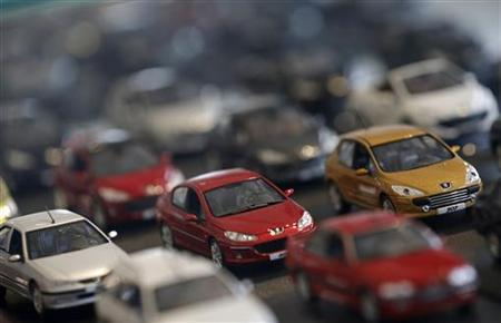 Peugeot miniature model cars are lined-up at French carmaker PSA Peugeot Citroen headquarters store in Paris, November 5, 2012. REUTERS/Christian Hartmann (FRANCE - Tags: BUSINESS TRANSPORT)