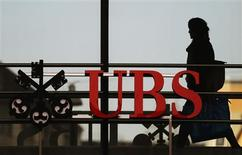 An employee walks past a logo of Swiss bank UBS in Zurich December 19, 2012. REUTERS/Michael Buholzer