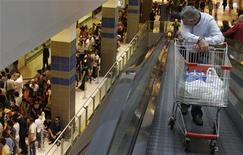 Un uomo spinge il carrello con la spesa in un centro commerciale romano. REUTERS/Tony Gentile