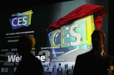 Visitantes esperam antes do discurso de abertura da Panasonic no Consumer Electronics Show (CES) em Las Vegas. A Panasonic, em uma exibição de superioridade tecnológica contra suas rivais sul-coreanas Samsung e LG, revelou na terça-feira o maior televisor com tela OLED do mundo. 08/01/2013 REUTERS/Rick Wilking