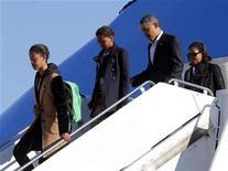 """Presidente norte-americano Barack Obama e a primeira família retornam a Washington após férias no Havaí. Uma """"esposa troféu"""" como primeira-dama, um azarado filho em idade universitária que incendeia um centro estudantil, uma filha aflita fazendo testes de gravidez num banheiro da Casa Branca -- essa série de TV deve mesmo ser bem divertida. 06/01/2013 REUTERS/Larry Downing"""