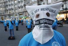 El sindicato Comisiones Obreras (CCOO) dijo el miércoles que los Expedientes de Regulación de Empleo (ERE) entre enero y octubre del año pasado crecieron un 70,5 por ciento interanual hasta alcanzar la cifra de 27.055 casos. En la imagen, trabajadores encapuchados de Telefónica protestan por el recorte de empleos en Barcelona el 18 de diciembre de 2012. REUTERS/Albert Gea