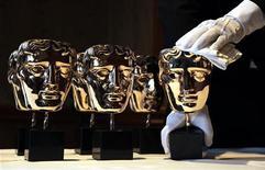 """""""Маски"""" BAFTA на демонстрации для прессы в отеле """"Савой"""" в Лондоне 8 февраля 2012 года. Биографическая лента о 16-м американском президенте Аврааме Линкольне, которого сыграл Дэниэль Дэй-Льюис, стала номинантом на премию BAFTA в 10 категориях. REUTERS/Stefan Wermuth"""