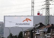 ArcelorMittal a l'intention de lancer une émission combinée d'actions et d'obligations subordonnées obligatoirement convertibles (MCN) d'environ 3,5 milliards de dollars (2,68 milliards d'euros) pour réduire son endettement. /Photo prise le 18 septembre 2012/REUTERS/François Lenoir