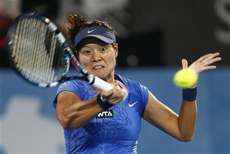 Li Na of China hits a return to Madison Keys of the U.S. during their women's singles match at the Sydney International tennis tournament January 9, 2013. REUTERS/Daniel Munoz