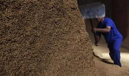 Homem trabalha sobre montanha de grãos de soja na cidade de Sorriso, no estado do Mato Grosso, em setembro de 2012. A safra de soja do Brasil na temporada 2012/13 foi estimada em um recorde de 82,68 milhões de toneladas, de acordo com levantamento da Companhia Nacional de Abastecimento (Conab). 21/09/2012 REUTERS/Nacho Doce