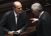 Il premier uscente Mario Monti e il leader del Pd Pier Luigi Bersani alla Camera dei deputati nel novembre 2011. REUTERS/Tony Gentile