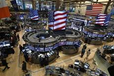 Зал Нью-Йоркской фондовой биржи 7 января 2013 года. Рынок акций США открыл торги ростом после хорошей квартальной отчетности Alcoa. REUTERS/Brendan McDermid
