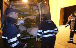 Un'ambulanza raccoglie un ferito a Roma. REUTERS/Dario Pignatelli