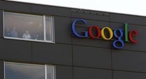 Imagen de archivo del logo de Google en el edificio corporativo de la firma en Zúrich, mayo 25 2010. Las compañías de internet como Facebook y Google podrían tener que obtener mayores permisos para usar información si los legisladores de la Unión Europea (UE) entregan a los usuarios más control sobre sus datos personales. REUTERS/Arnd Wiegmann