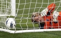 L'ex portiere del Bari Jean Francois Gillet, durante una partita con la maglia del Bologna nel marzo 2012. REUTERS/Max Rossi