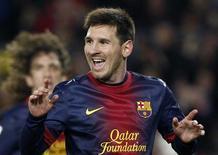 Lionel Messi, do Barcelona, comemora gol sobre o Espanyol no campeonato espanhol no estádio de Camp Nou, em Barcelona. Lionel Messi enviou uma camisa autografada a Gerd Muller após quebrar o recorde do alemão de mais gols marcados em um único ano em 2012. 06/01/2013 REUTERS/Albert Gea