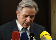 Berlin Mayor Klaus Wowereit addresses the media in Berlin, following a meeting about the future Berlin Brandenburg international airport Willy Brandt (BER), January 7, 2013. REUTERS/Fabrizio Bensch (GERMANY - Tags: TRANSPORT POLITICS BUSINESS)