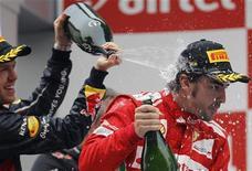 Los mensajes cruzados de la pretemporada de Fórmula Uno comenzaron esta semana, cuando Fernando Alonso recibió una pulla por parte de Red Bull después de que uno de los principales mentores de Sebastian Vettel acusará al piloto de Ferrari de hacer política la pasada temporada. En la imagen de archivo, Vettel baña con champagne a Alonso en el podio del Gran Premio de India. REUTERS/Vijay Mathur