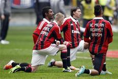 Il calciatore del Milan Prince Boateng e i compagni indossano magliette contro il razzismo prima della partita contro il Siena a San Siro. Milano, 6 gennaio 2013. REUTERS/Giampiero Sposito