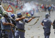 Police fire on demonstrators during a strike by farm workers at De Doorns on the N1 highway, linking Cape Town and Johannesburg, January 9, 2013. REUTERS/Mike Hutchings
