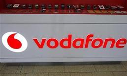 Imagen de archivo del logo de Vodafone en el mostrador de una tienda en Praga, feb 7 2012. La empresa de telecomunicaciones Verizon Communications no está en conversaciones con Vodafone Group Plc para comprarle su participación en Verizon Wireless, un emprendimiento conjunto de las dos empresas, pese a especulaciones de que dicho acuerdo podría suceder, dijo el máximo ejecutivo de Verizon. REUTERS/David W Cerny