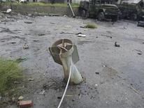 Imagen de una pieza de artillería sin explotar junto a unos tanques del Ejército dañados en Muderyia, Siria, ene 6 2013. Los sirios creen que 40 años de Gobierno de la familia Assad en Siria es demasiado tiempo, dijo el mediador internacional para ese país, en lo más cerca que ha llegado para solicitar directamente al presidente Bashar al-Assad que deje el poder. REUTERS/Abu Adel Al-Jubarani/Shaam News Network/Handout NOTA DE EDITOR: Reuters no puede confirmar de forma independiente el contenido del video de dónde se extrajo esta imagen. Imagen para uso no comercial, ni ventas, ni archivos. Solo para uso editorial. No para su venta en marketing o campañas publicitarias.