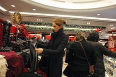 Imagen de archivo de una mujer realizando unas compras al interior de la sección de bufandas de la minorista Macy's en Manhattan, dic 26 2012. Las ventas minoristas en Estados Unidos subieron 2,5 por ciento en la temporada de festividades del 2012, ayudadas por un importante aumento en las visitas a las tiendas en los días previos a la Navidad, indicó el miércoles la firma de seguimiento del sector ShopperTrak. REUTERS/Eduardo Munoz