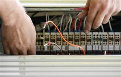Selon des responsables du secteur des télécoms, les opérateurs souhaitent une consolidation du marché, surpeuplé, des télécoms en Europe, mais l'idée d'un réseau unique n'a pas été discutée avec les autorités de la concurrence à Bruxelles. Selon un article du Financial Times, les grands opérateurs européens ont ouvert des négociations sur la création d'un réseau unique qui permettrait de réduire leurs coûts d'infrastructure. /Photo d'archives/REUTERS/Daniel Munoz
