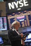 Las acciones estadounidenses subieron el miércoles en la Bolsa de Nueva York, después de conocerse el primer grupo de resultados corporativos con Alcoa a la cabeza. En la imagen, un operador en la Bolsa de Nueva York, el 8 de enero de 2013. REUTERS/Brendan McDermid