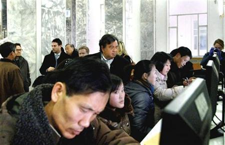Former New Mexico Governor Bill Richardson (C, back row) looks at North Koreans working on computers at the Grand People's Study House in Pyongyang January 9, 2013 in this picture released by the North Korea's KCNA news agency. REUTERS/KCNA