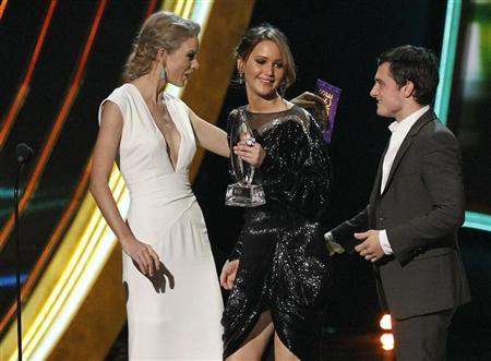 Taylor Swift presents the award for ''Favorite Movie'' to cast members of the ''Hunger Games'' at the 2013 People's Choice Awards in Los Angeles, January 9, 2013. REUTERS/Mario Anzuoni