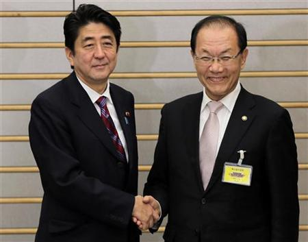 South Korea's Ruling Party Saenuri chairman Hwang Woo-yea (R) is greeted by Japanese Prime Minister Shinzo Abe at their meeting at the prime minister's official residence in Tokyo January 9, 2013. REUTERS/Itsuo Inouye/Pool
