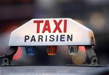 Plusieurs syndicats de taxis appellent à la grève sur l'ensemble du territoire français jeudi pour protester notamment contre la mise en place d'une législation concernant le transport des malades qui pourrait les priver d'une part de leur clientèle. Une opération escargot devait être menée à partir de 06h30 en région parisienne. /Photo d'archives/REUTERS/Charles Platiau