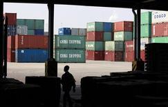 La croissance des exportations chinoises a rebondi plus fortement qu'attendu en décembre, affichant une progression inédite en sept mois, même si les perspectives pour 2013 restent incertaines en raison de doutes sur la demande en provenance des Etats-Unis et de l'Europe. La valeur des exportations a augmenté de 14,1% le mois dernier en glissement annuel alors que les économistes interrogés par Reuters n'anticipaient que 4%. En novembre, les exportations avaient enregistré un gain de 2,9%. /Photo prise le 13 novembre 2012/REUTER/Aly Song
