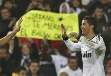 Cristiano Ronaldo fue la figura decisiva por segunda vez en cuatro días al marcar un 'hat-trick' que dio al Real Madrid una victoria 4-0 sobre el Celta de Vigo el miércoles que le clasificó para cuartos de final de la Copa del Rey. En la imagen, Cristiano Ronaldo celebra su tercer gol durante el partido de Copa del Rey contra el Celta Vigo en el Santiago Bernabéu, en Madrid, el 9 de enero de 2013. REUTERS/Juan Medina