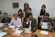 La guerrilla de las FARC descartó el miércoles prolongar un cese del fuego unilateral previo al comienzo este mes de una nueva ronda de la negociación de paz que sostiene con el Gobierno colombiano, con la que se busca poner fin un conflicto armado interno de casi cinco décadas. En la imagen, miembros de las FARC (I a D) Marco León, Ricardo Téllez, Iván Márquez y Jesús Santrich miran las propuestas de las reformas agrícolas obtenidas de un foro de agricultores de Colombia, en La Habana, el 9 de enero de 2013. REUTERS/Enrique De La Osa