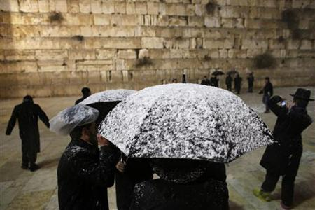 Ultra-orthodox Jews visit the Western Wall during a snowstorm in Jerusalem's Old City January 10, 2013. REUTERS/Darren Whiteside